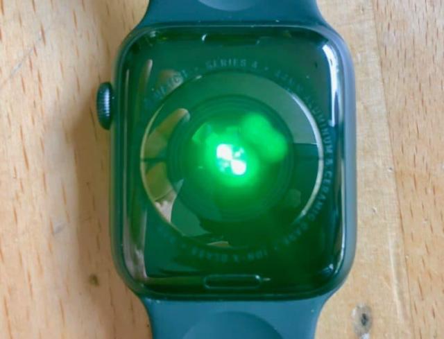 Apple_Watch_Series_4_review_heart_sensor_shining-780x595.thumb.jpg.46f2fc116523b0718a7c8d40562b751c.jpg